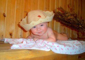 Новорожденный малыш в сауне