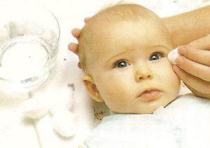 Промывание глаз младенцу